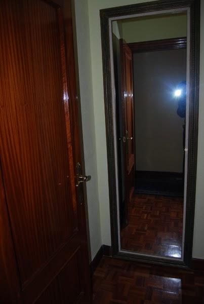Esta casa es una ruina puerta invisible puerta secreta for Espejo para pegar en puerta