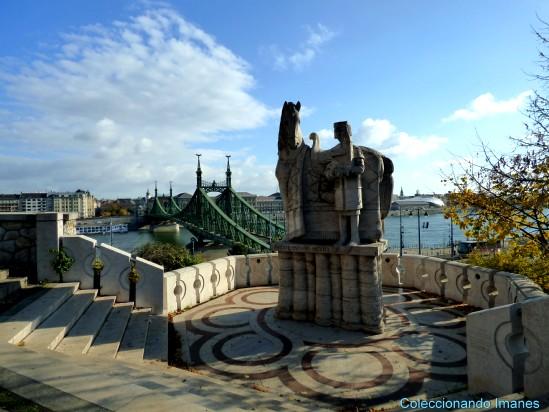 Estatua a la altura de la iglesia rupestre de Budapest