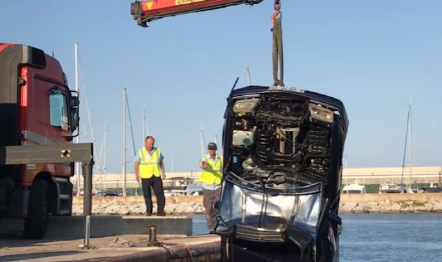 Mecánico se arroja al mar en el Mercedes de su cliente para vengarse porque no le pagó