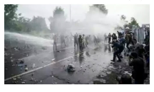 Police Uses Water Canon, Batons In Clash With Refuges(Full Details)