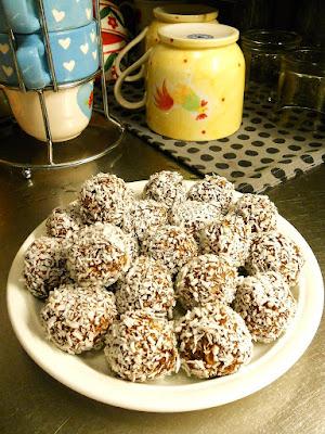 Drogade aldre par med chokladbollar