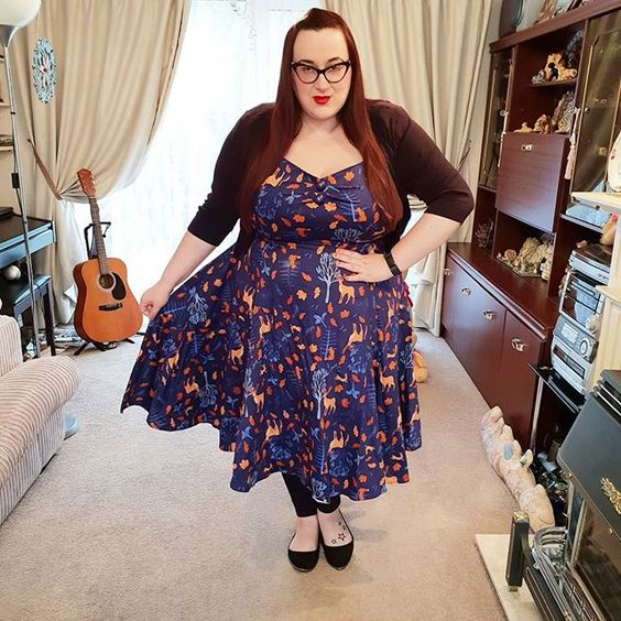 Plus size girl wearing Collectif Friends of the forest Dolores dress