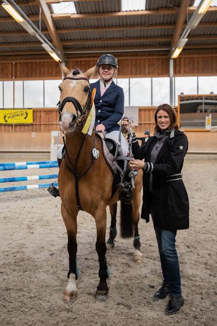 Frau und Mädchen auf Pferd