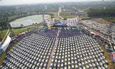 تجاوزت قيمتها مليوني دولار: تاجر ألماس هندي يوزع مئات السيارات على موظفيه!