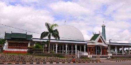 Kemegahan Masjid Agung Al Falah Dengan Julukan Masjid Seribu Tiang