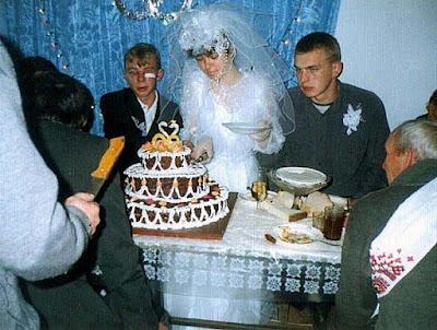 Peinliche Hochzeitsbilder Torte anschneiden