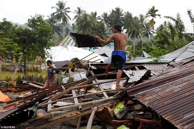 Người dân bắt đầu trở về những ngôi nhà bị tàn phá nghiêm trọng