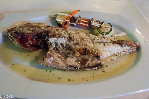 Besugo a la brasa en el restaurante Eneperi en San Juan de Gastelugatxe