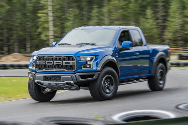 Front 3/4 view of 2017 Ford F-150 Raptor