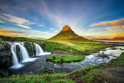 Montaña y cascada Kirkjufell es uno de los sitios más increibles para fotografiar en Islandia