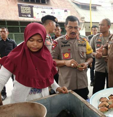 Kapolda Sumatera Utara Irjen Pol Agus Andrianto SH mencicipi makanan tradisional bika bakar