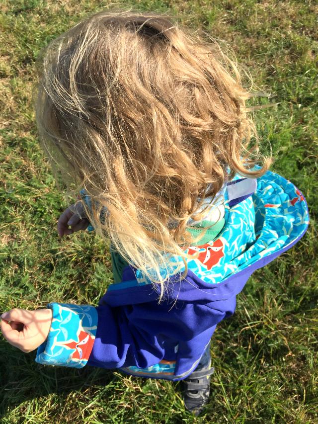 Bjarne im Gras - Jacke von Babauba