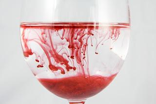 taça com agua e sangue