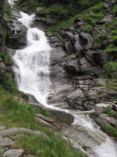 Ein beeindruckender Wasserfall am Hüttenzustieg