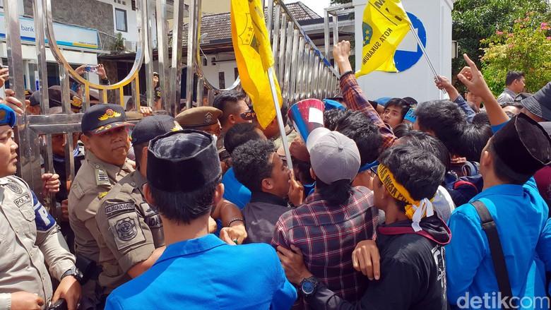 Mahasiswa Sukabumi Kepung Gedung Setda Kota Sukabumi