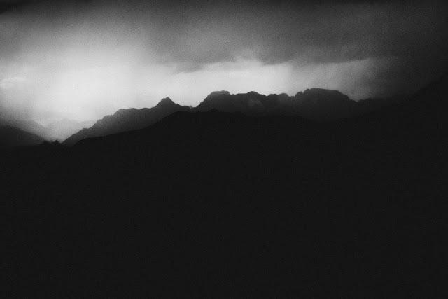 Burza w górach. Adamello Brenta, Trydent. Czarno-biała fotografia krajobrazu. fot. Łukasz Cyrus