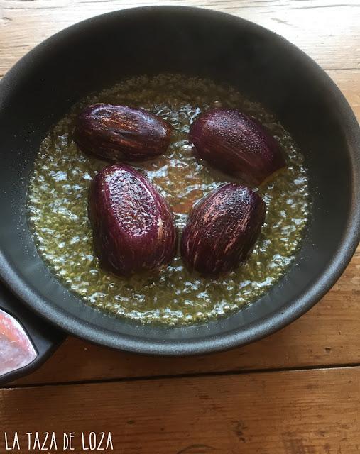 Berenjenas-cocinándose-en-sartén-en-agua