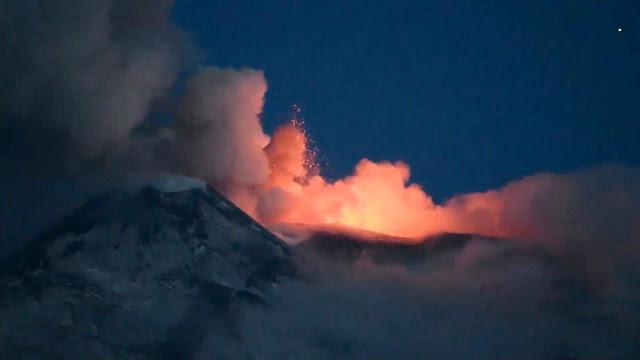 Hình ảnh núi lửa Etna đang phun trào dung nham. Hình ảnh từ video của Turi Caggegi thực hiện ngày 21 tháng 5 năm 2016.