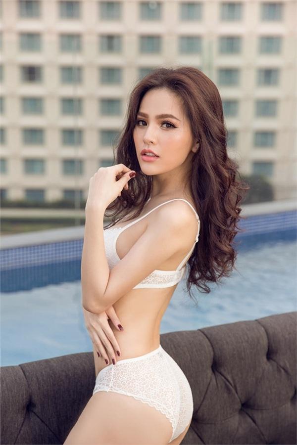 Hot girl Phi Huyền Trang (Mì Gõ) tự tin khoe trọn 3 vòng nóng bỏng với bikini