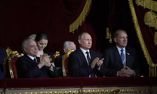 Temer (izquierda) y Putin, este martes en el Teatro Bolshoi de Moscú.