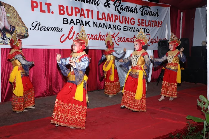 Kesenian Lampung Semarakkan Malam Silaturahmi Plt Bupati dengan masyarakat Kecamatan Rajabasa.