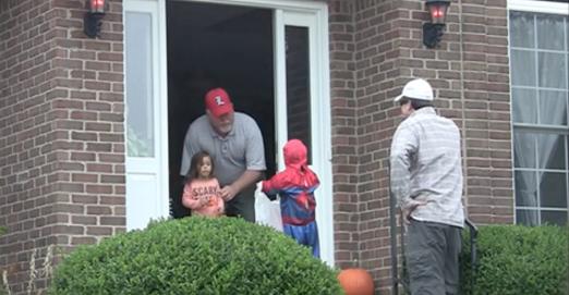 Une caméra cachée filme un père et son fils pour Halloween. Lorsqu'ils se retournent pour partir, les voisins sont sous le choc!