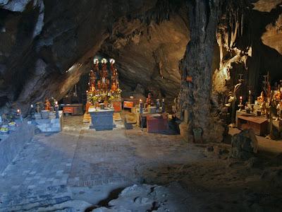 Altar principal do Pagode Perfume