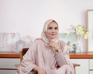 memadukan warna lipstik merah dengan model Hijab look warna pastel