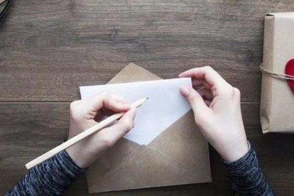 mengirim surat