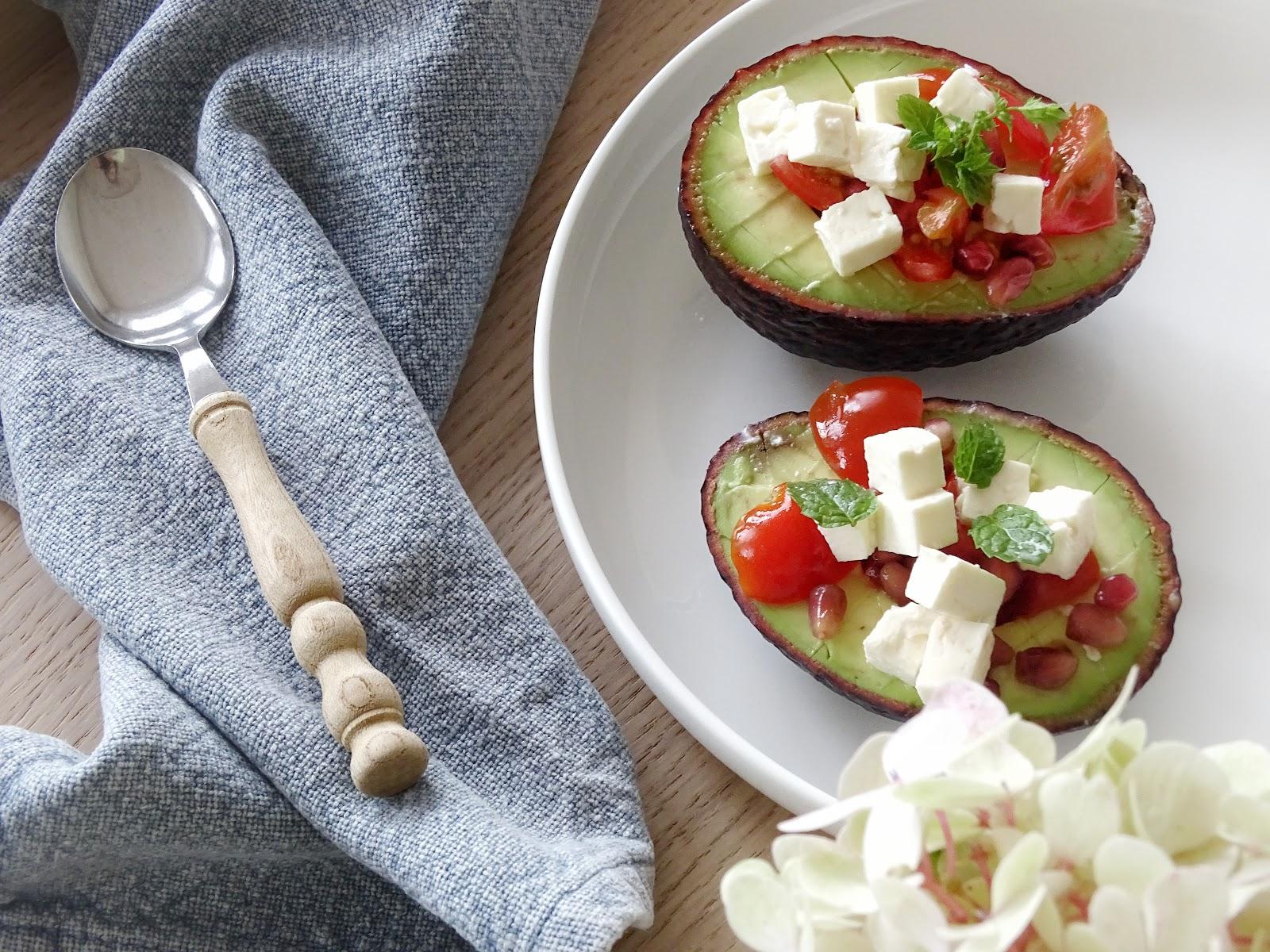 Rezept für Snack in der Avocado mit Granatapfel, Feta und Minze - Fotoaktion #12von12 - http://mammilade.blogspot.de
