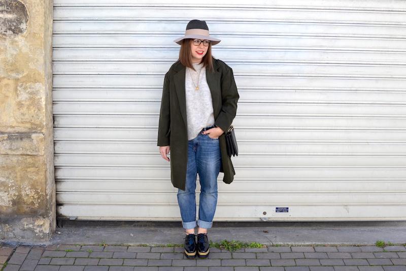 jean H&M,pull gris H&M, chapeau kaki et rose pastel, manteau kaki de Sheinside, chaussures plateforme Sammydress, trio bag Céline