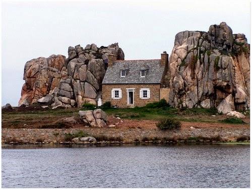 rumah unik La Maison du Gouffre diapit dua batu | liataja.com
