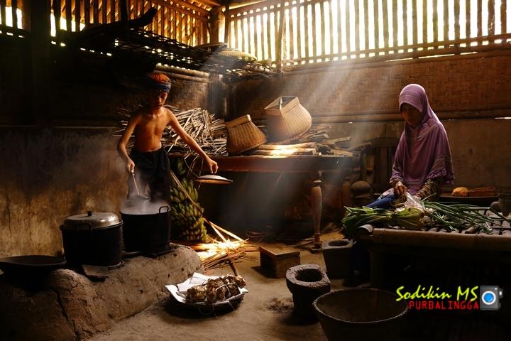 Foto membantu emak di dapur. Canon 70D Kit Lens 18-55 mm. Human Interes genre