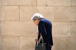 mujer adulta mayor jorobada