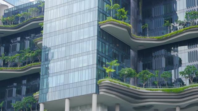 Edifícios que se misturam com a natureza e transforma a cidade em um grande jardim:   Arquitetos da cidade de Lion, Singapura, abraçaram a ideia de que os seres humanos têm um desejo inato para se conectar com a natureza e incorporaram belos projetos paisagísticos às construções prediais. O resultado é essa bela integração entre concreto e natureza!