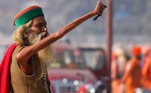 Wow! Pertapa India Ini Angkat Tangan selama 45 tahun