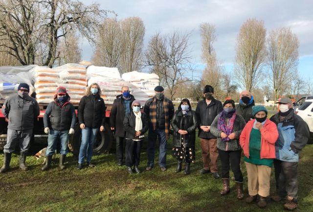 Continúa entrega de alimentos para animales a vecinos de sectores rurales de Osorno