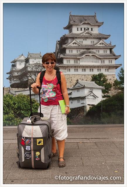 Himeji mujer con maleta