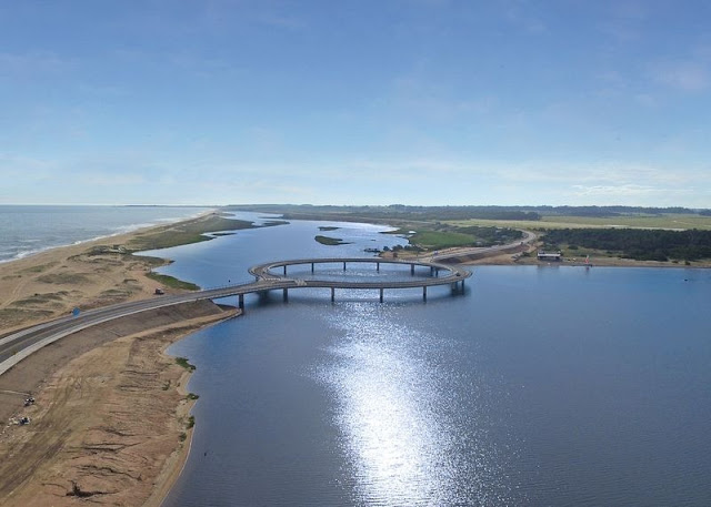 Jembatan Circular Laguna Garzon di Uruguay