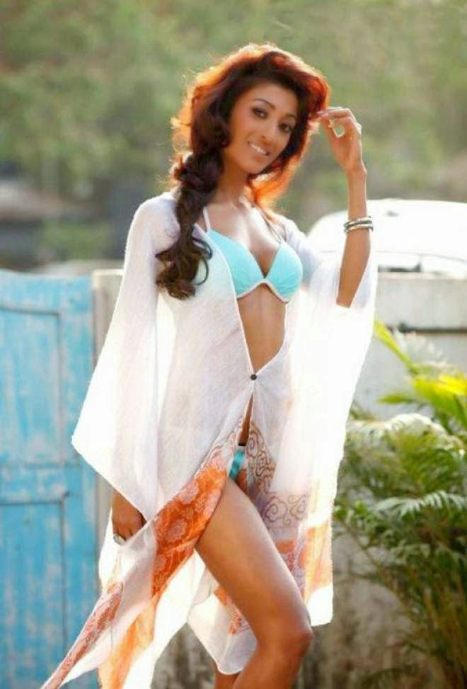 Paoli Dam Latest Hot Cleavage Show Wallpapers