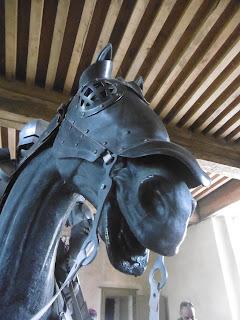 Cheval en armure, salle du château de Bridoire, malooka