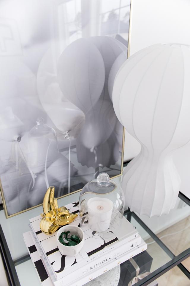 white balloons, kultaiset kehykset, gatto valaisin, olohuoneen sisustus, desenio, villa h