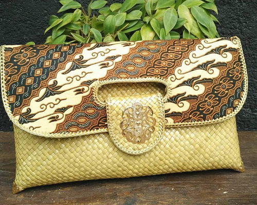 Tinuku.com Inssoo studio grounded in woven pandanus tradition for clutch works as luxury fashion accessory