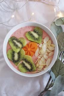 różowe smootkie bowl