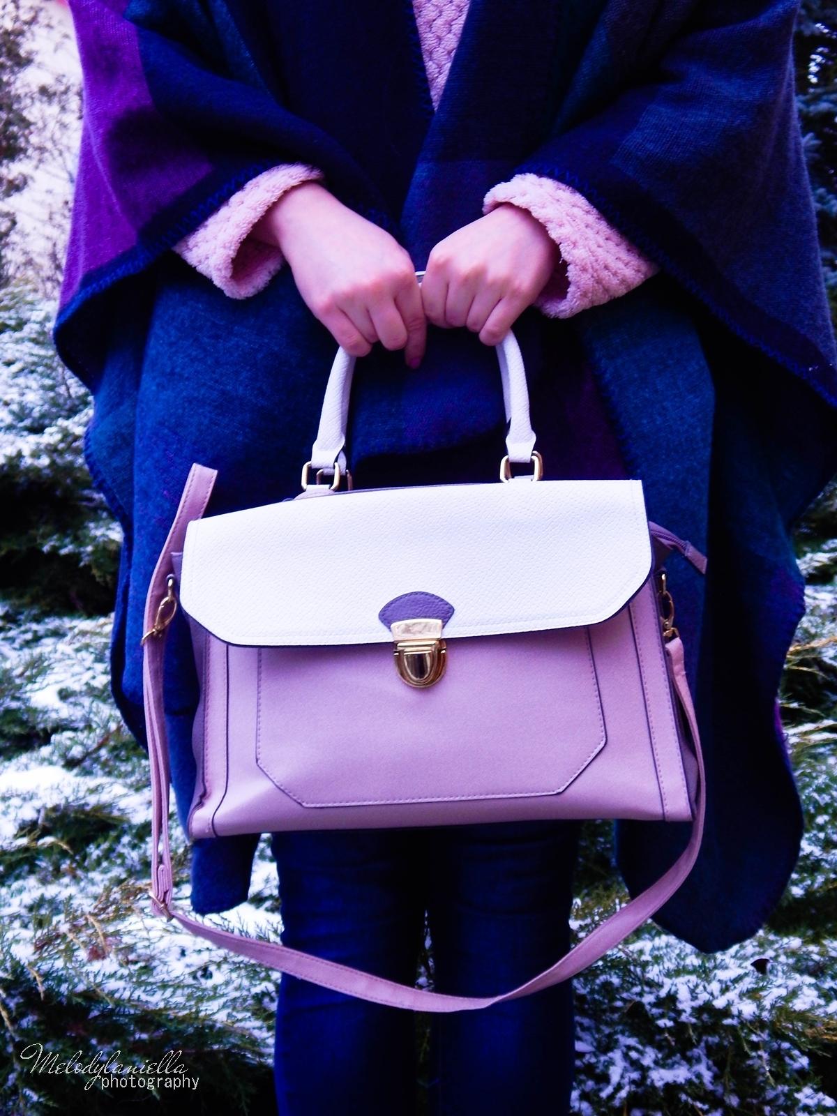 pudrowe love stylizacje z pudrowo różowymi dodatkami różowe trapery renee pudrowa torebka deichmann stylowe poncho na jesien i zimę dresslily melodylaniella zimowe stylizacje