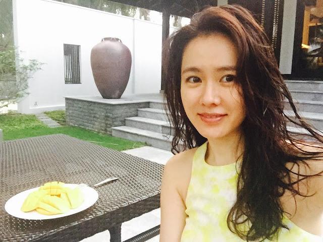 Ảnh: Son Ye Jin thả dáng trẻ trung bên resort ven biển Hội An