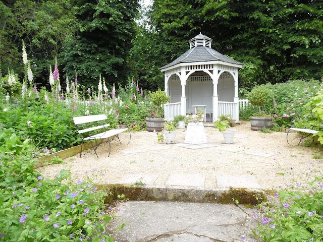 drewniana altana w romantycznym ogrodzie
