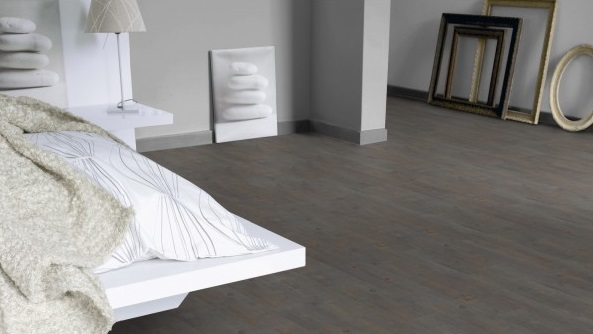 I pavimenti in pvc nella camera da letto sono caldi, silenzioni e confortevoli al calpestio