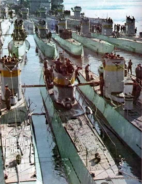 Una escuadrilla de U-Boote fondeada dentro de una base de la Marina alemana.