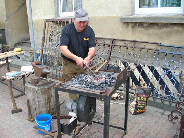 W Pszczewie swój warsztat rozstawił także kowal.